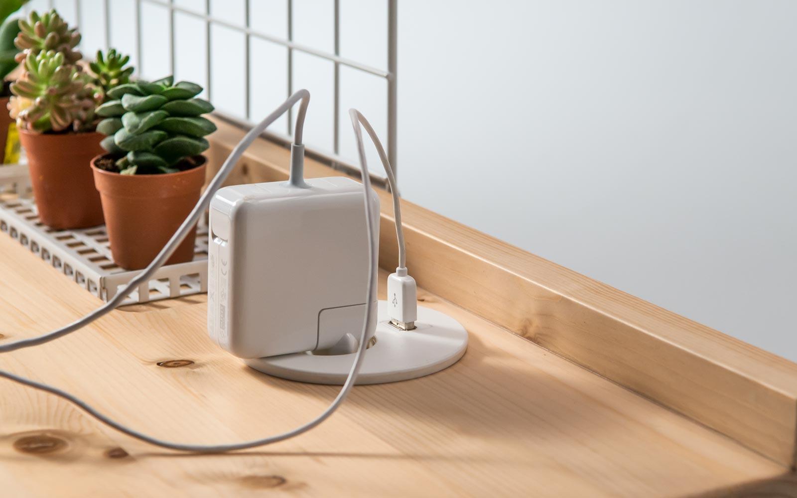 Standing desk - Presa integrata nel piano